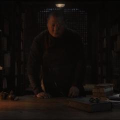 Wong descubre que el libro que estaba leyendo desapareció.