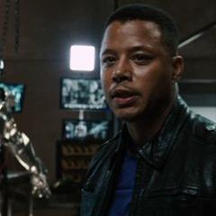 Rhodes asombrado por la armadura de Stark.