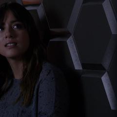 Skye escucha las indicaciones de Coulson.