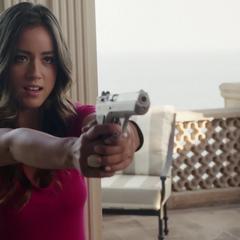 Skye consigue desarmar a Quinn.
