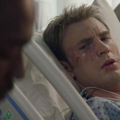 Rogers despierta en el hospital y nota a Wilson sentado al costado de su cama.
