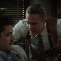 Thompson interroga a Stark.