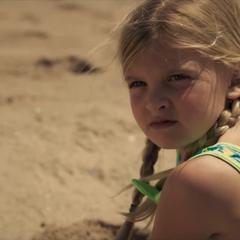 Danvers se cae al jugar en la playa.