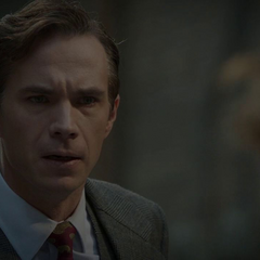 Jarvis le advierte a Carter sobre el peligro.