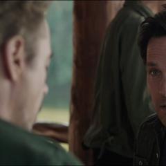 Lang trata de convencer a Stark de ayudarlos.