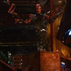 Mantis es sometida por Thanos usando la Gema de la Realidad.