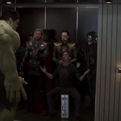 Loki en el ascensor con los Vengadores.