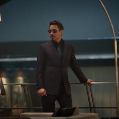 Stark recibe a los invitados para la fiesta en la Torre de los Vengadores.