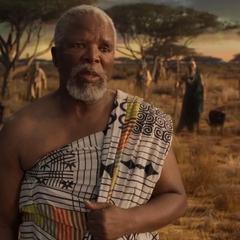 T'Chaka escucha los nuevos planes de T'Challa para Wakanda.