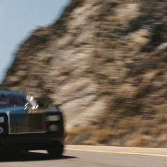 Hogan trata de alcanzar a Stark en la carretera.