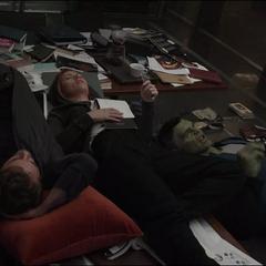 Romanoff, Stark y Banner discuten sobre las Gemas del Infinito.