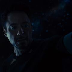 Stark ve a sus aliados muertos en su visión.