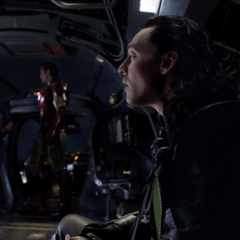 Loki es transportado en el Quinjet.