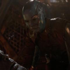 Nebula se acerca a la cabeza de su difunto padre.