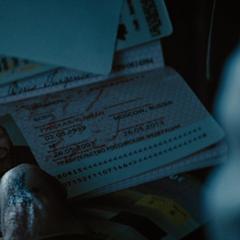 Ivan consigue un pasaporte falso.