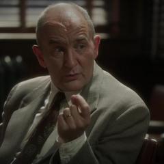Fennhoff conversa en el agente Yauch.