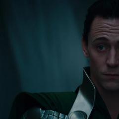 Loki observa a Odín reprender a Thor.