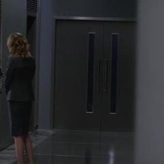 Carter se reúne con Pierce para informarle del incidente.