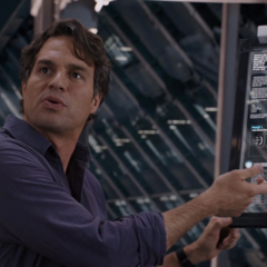 Banner discute con el equipo sobre el Teseracto.
