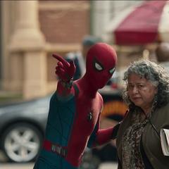 Parker ayudan a una anciana perdida.