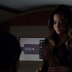 Skye le entrega su insignia a Coulson.