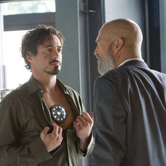 Stark le muestra su Reactor Arc a Stane.