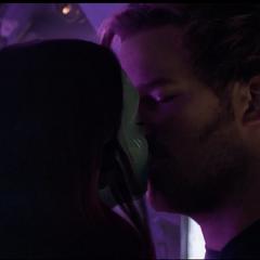 Gamora y Quill besándose.