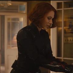 Romanoff toca el vientre de Laura.