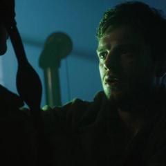 Barnes es rescatado por Rogers.