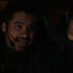 Luis bromea con sus amigos.