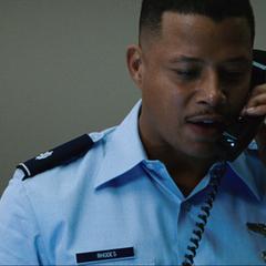Rhodes habla por teléfono con Stark.