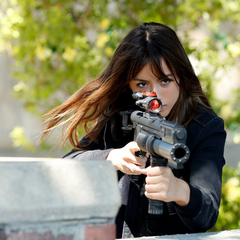 Skye le dispara a Creel con su arma eléctrica.