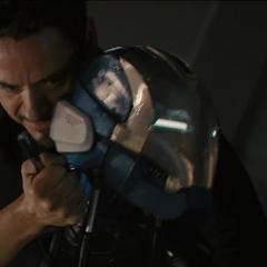 Stark desactivando un droide.