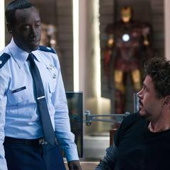 Rhodes le ofrece su ayuda a Stark.