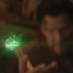 Strange le entrega a Thanos la Gema del Tiempo.