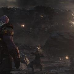 Maw se desvanece frente a Thanos.