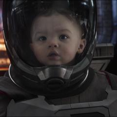 Lang regresa a su versión de bebé.