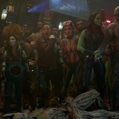 Gamora detiene a Drax de pelearse con Rocket.