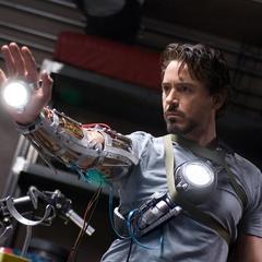 Stark realiza pruebas de su traje en el taller de su casa.