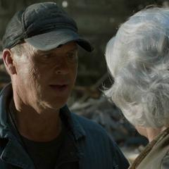 Toomes intenta hablar con Anne.