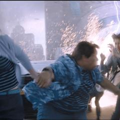 Jones y sus amigos huyen del ataque del Elemental.