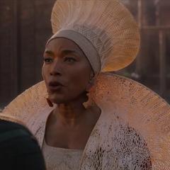Ramonda diciéndole a T'Challa que llegó su hora de ser el nuevo rey.