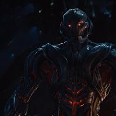 Ultrón le muestra a Romanoff su nuevo y mejorado cuerpo.