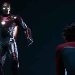 Stark habla con Parker a través de su armadura.