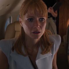 Potts no escucha que Stark la está llamando.