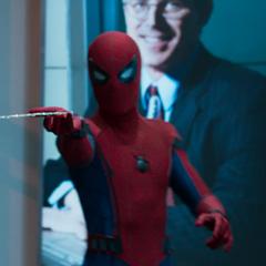 Parker le lanza su telaraña a uno de los delincuentes.
