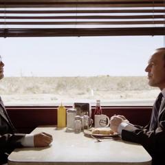 Sitwell se reúne con Coulson para discutir los resultados de la misión.