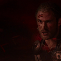 Thor se acerca a Malekith para combatirlo una última vez.