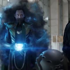 Loki esposado usa el Teseracto para abandonar la Tierra.