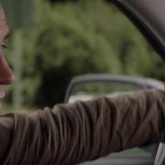 Rogers maneja un automóvil robado.